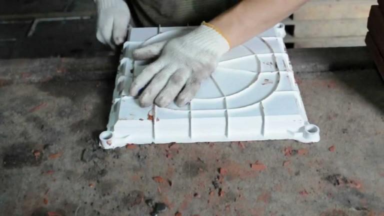 Распалубка формы для тротуарной плитки